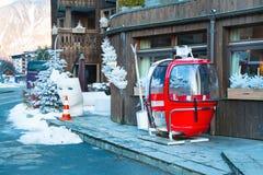 老红色缆车客舱在夏慕尼,法国 库存图片