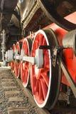 老红色蒸汽机车轮子特写镜头 免版税图库摄影