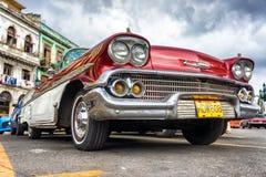 老红色薛佛列汽车的低角度视图在哈瓦那 免版税库存图片