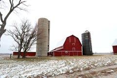 老红色谷仓和筒仓在冬天在伊利诺伊 免版税库存照片