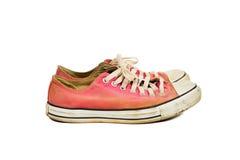 老红色运动鞋的侧角视图 库存照片