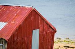 老红色镀锌了棕榈滩的铁谷仓,在悉尼北部,澳大利亚 库存照片