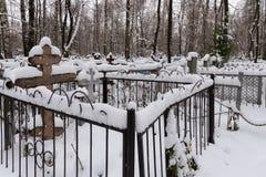 老红色Bugrovsky公墓在下诺夫哥罗德在冬天 俄国 库存照片