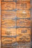 老红葡萄酒酒木头箱子的汇集 图库摄影