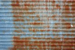 老红褐色的银生锈了波纹状的墙壁纹理背景 免版税库存图片