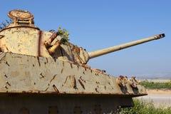 老约旦人被摧毁的坦克在以色列 库存图片