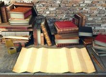 老纸和古老书在研究桌上在中世纪场面 免版税图库摄影