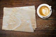 老纸和咖啡在木桌上 免版税库存照片
