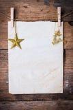 老纸和金黄星与别针 免版税库存照片