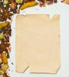 老纸板料和香料在白色背景 免版税库存照片