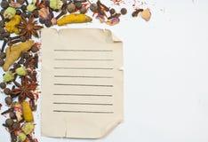 老纸板料和香料 免版税库存图片