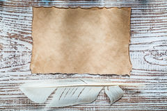 老纸片在葡萄酒木板的羽毛 库存照片