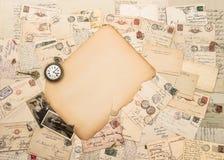 老纸片断、古色古香的辅助部件和明信片 感伤 库存照片