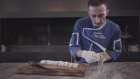 老练的厨师在高级餐馆的厨房里准备一个可口盘 股票录像