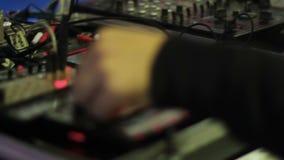 老练的在模式DJ搅拌器的调整器调控的调平器更好的声音的 影视素材