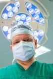 老练的外科医生在手术室 免版税库存图片
