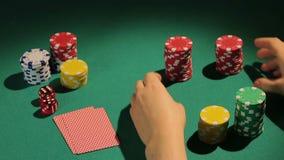 老练的打牌者去包括一切,打赌所有芯片,吓唬的赌客赢取 影视素材