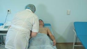 老练的护士男性患者为心电图学做准备 股票录像