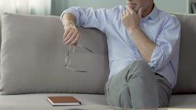 老练的男性心理学家坐长沙发,听患者,会议 股票录像