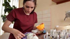 老练的美容师一个健康面具为客户做准备 她起来并且接触与刷子的面孔 A 股票视频