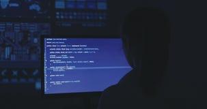 老练的IT妇女程序员研究一个新的节目 少妇黑客写软件的原始代码在 股票视频