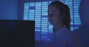 老练的IT妇女程序员研究一个新的节目 少妇黑客写软件的原始代码在 股票录像