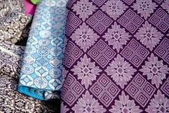 老织品在古色古香的市场上 免版税库存图片