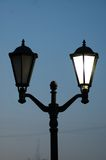 老经典被塑造的路灯柱闪亮指示 免版税库存照片