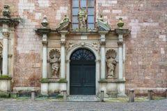 老经济公寓住宅门面在老镇的街道上的在里加 中世纪,石头, 免版税库存照片