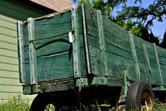 老绿色木五谷箱子 免版税库存图片