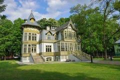 老绿色木房子在罗兹-露天博物馆skansen -木建筑学-纺织品中央博物馆  图库摄影