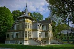 老绿色木房子在罗兹-露天博物馆skansen -木建筑学-纺织品中央博物馆  库存照片