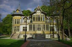 老绿色木房子在罗兹-露天博物馆skansen -木建筑学-纺织品中央博物馆  免版税库存图片