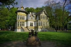 老绿色木房子skansen 露天博物馆-木建筑学 纺织品中央博物馆  库存图片
