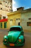 老绿色汽车和大厦在哈瓦那 免版税图库摄影