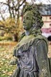老绿色青苔旁边细节用在她的头发的花包括女孩的雕象 库存图片