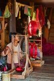老缅甸妇女松捻大麻制成的绳索用人工 免版税图库摄影