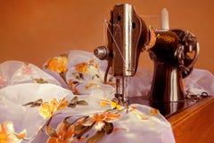 老缝纫机 免版税库存照片