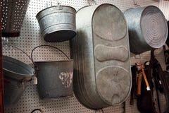 老罐子金属桶和木盆 库存照片