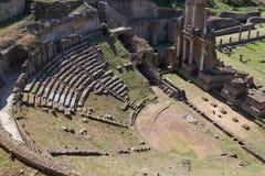老罗马剧院在沃尔泰拉 免版税库存图片