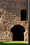 从老罗马墙壁和门的废墟在caracalla春天在罗马 库存照片