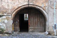 老罗马尼亚房子的门 库存图片