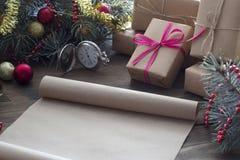 老羊皮纸圣诞节礼物纸卷  库存照片