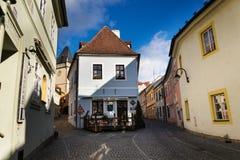 老美丽如画的街道在晴朗的秋天天在塔博尔,捷克 免版税库存照片