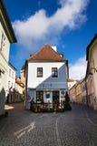 老美丽如画的街道在晴朗的秋天天在塔博尔,捷克 免版税图库摄影