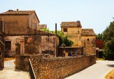 老美丽如画的房子在加泰罗尼亚的村庄 免版税库存图片