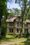 老美丽如画的房子在树中位于在Svetlogorsk镇  免版税图库摄影