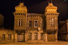 老美丽的半木商人` s豪宅,翼果异常的建筑学在晚上 库存照片