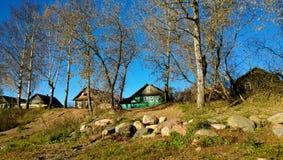 老美丽的木房子在一个村庄 图库摄影