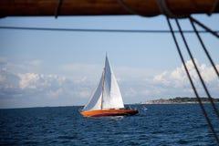 老美丽的木风船 免版税库存照片